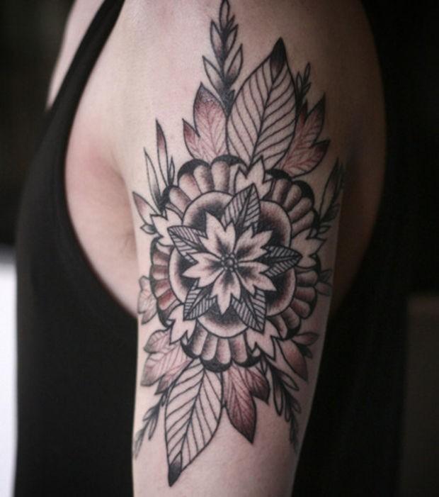 Coole schwarze sternförmige Mandala Blume mit Blättern Tattoo ...