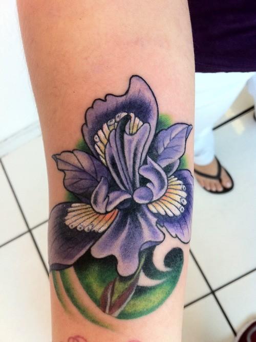 coole cartoonische bunte iris blume tattoo am arm. Black Bedroom Furniture Sets. Home Design Ideas