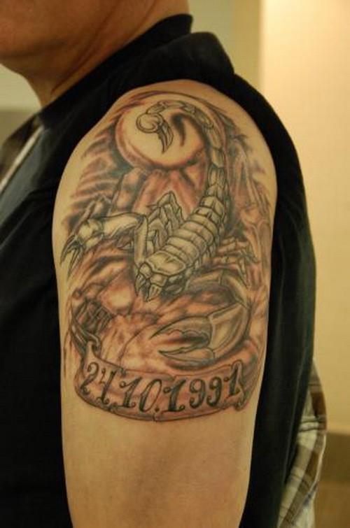 tattoo vom coolem skorpion auf dem roten hintergrund mit datum f r m nner am oberarm. Black Bedroom Furniture Sets. Home Design Ideas