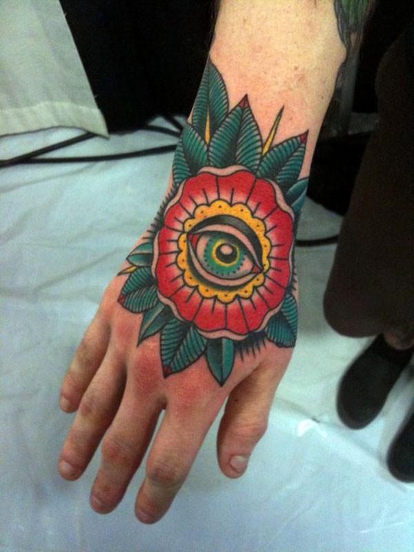 Tattoo im traditionellen Stil Blume mit Auge an der Hand ...
