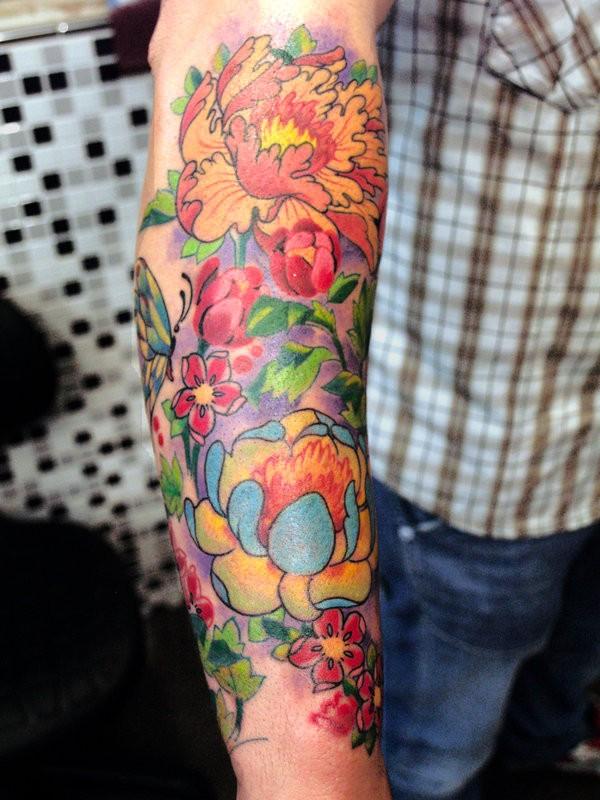 farbenfrohe japanische blume tattoo am arm. Black Bedroom Furniture Sets. Home Design Ideas