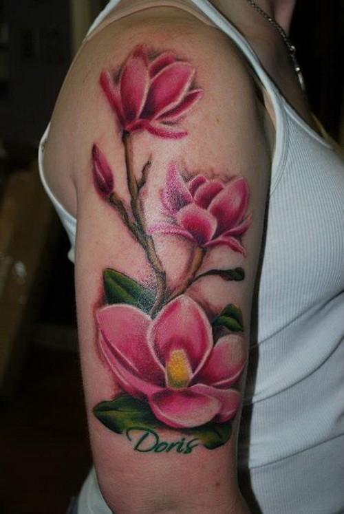 Wundersch 246 Ne Bunte Magnolie Blumen Mit Namen Zitat Tattoo Am Oberarm Tattooimages Biz