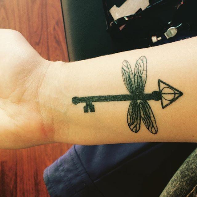 wundersch ne libelle schwarzes tattoo am handgelenk mit mystischem schl ssel. Black Bedroom Furniture Sets. Home Design Ideas