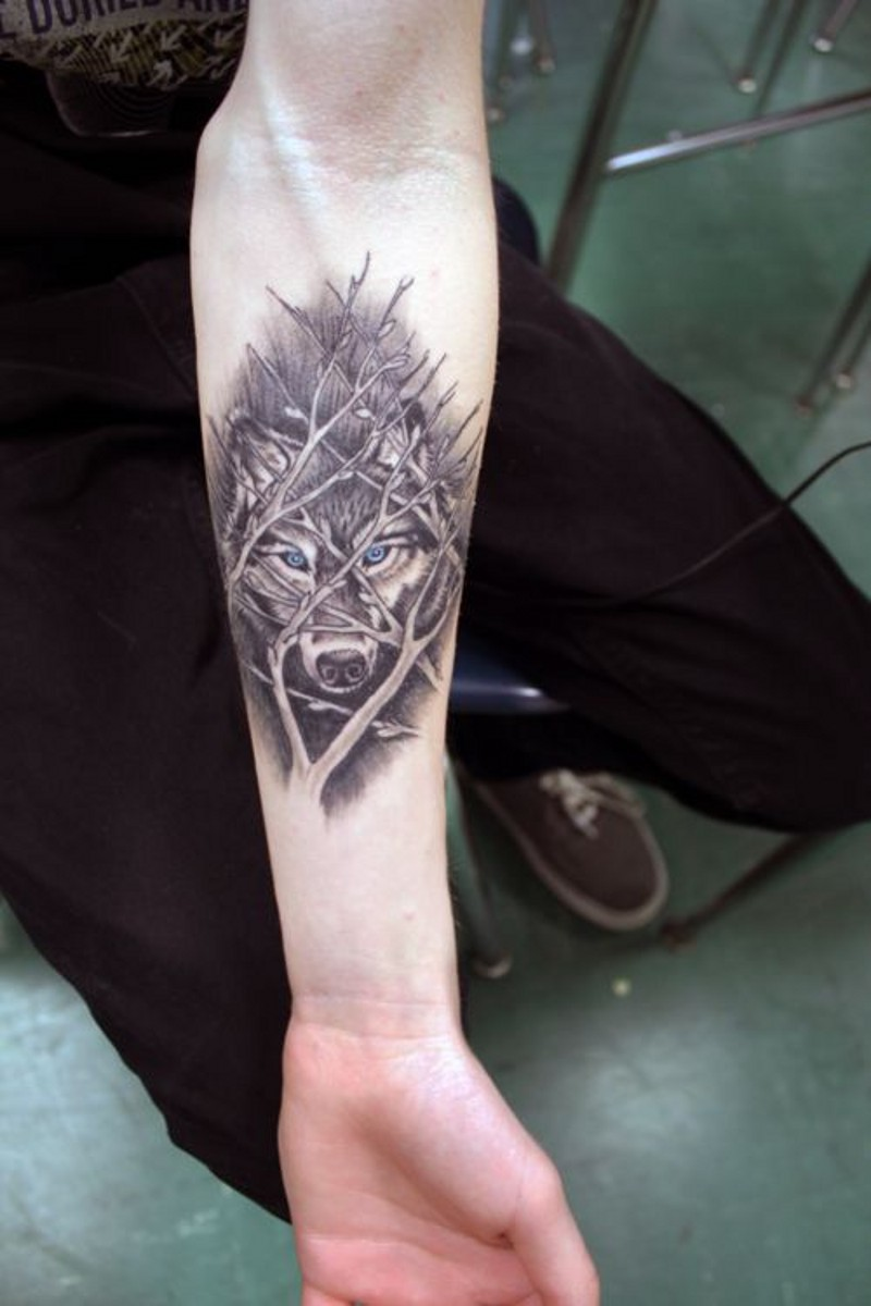 toller wolf hinter sten unterarm tattoo. Black Bedroom Furniture Sets. Home Design Ideas