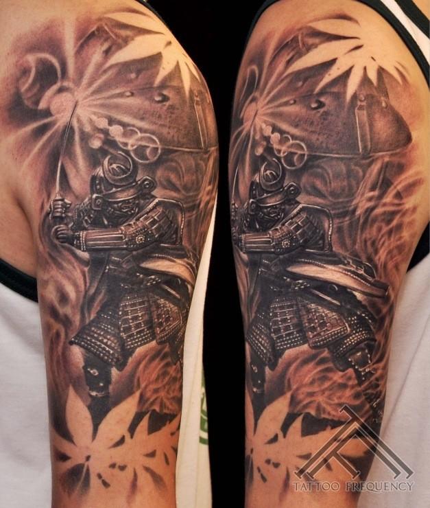 schwarzer und grauer stil detailliertes schulter tattoo mit samurai krieger und blumen. Black Bedroom Furniture Sets. Home Design Ideas