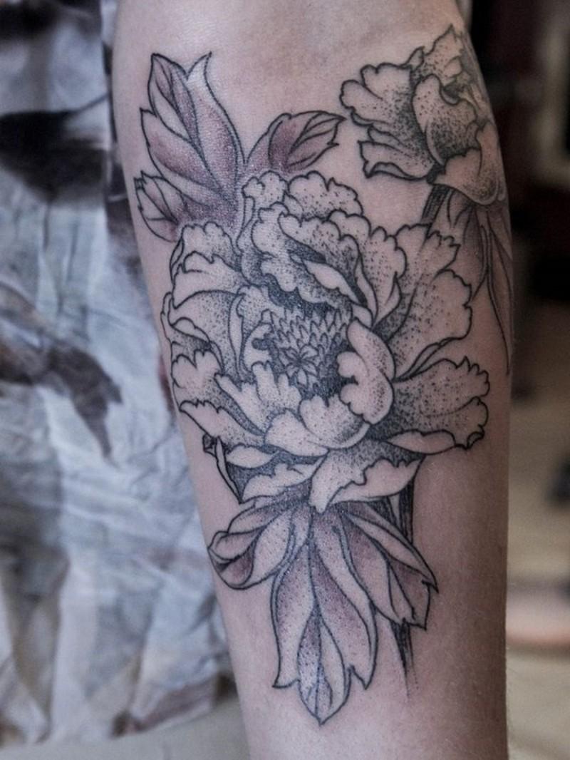 schwarze und wei e pfingstrosen blumen tattoo am unterarm. Black Bedroom Furniture Sets. Home Design Ideas