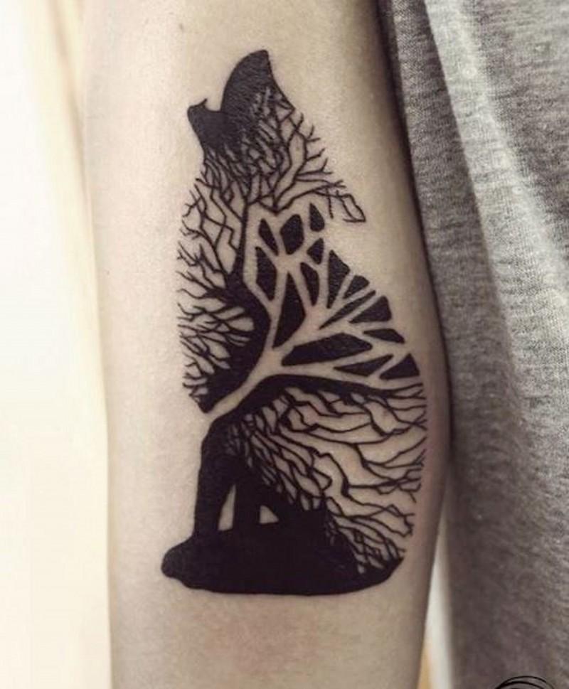 schwarze tinte wolf besteht aus holz tattoo am arm. Black Bedroom Furniture Sets. Home Design Ideas