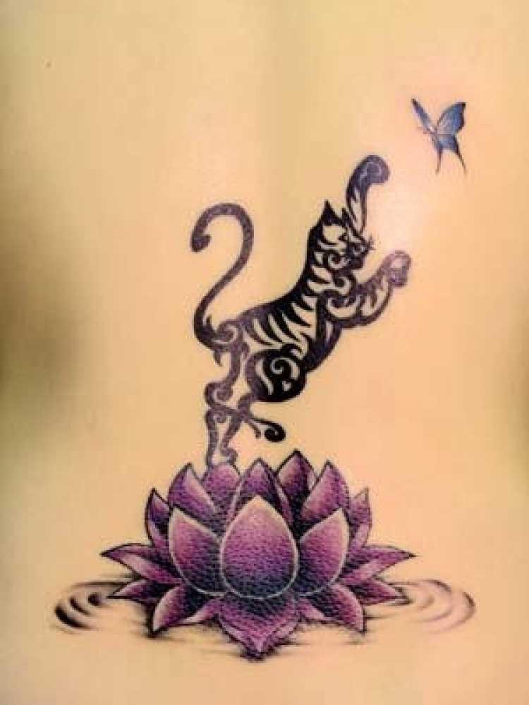 schwaryer tiger f ngt einen schmetterling auf einer lotusblume tattoo. Black Bedroom Furniture Sets. Home Design Ideas