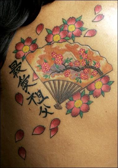 Chinesisches tattoo mit kirschbl te und f cher for Chinese cherry blossom tattoo