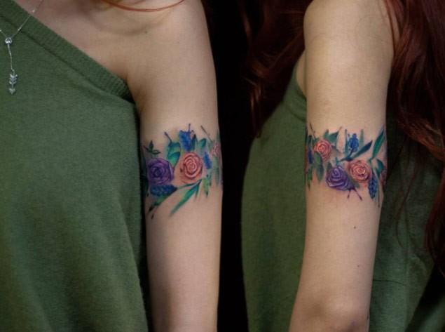 cooles farbiges armband tattoo von blumen. Black Bedroom Furniture Sets. Home Design Ideas