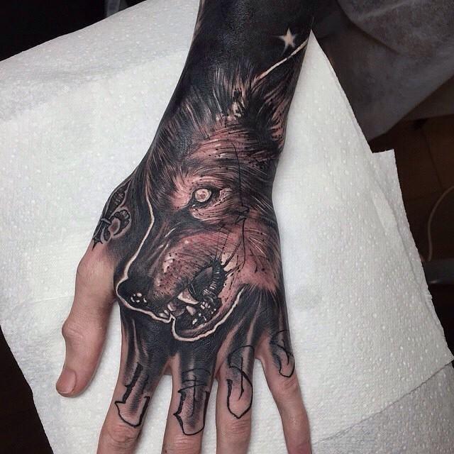 dunkler farbiger schwarzer und grauer gruseliger wolfskopf tattoo an der hand. Black Bedroom Furniture Sets. Home Design Ideas