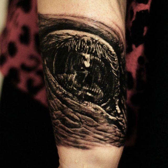ekelhaftes schwarzes und graues auge tattoo am arm von cris gherman. Black Bedroom Furniture Sets. Home Design Ideas