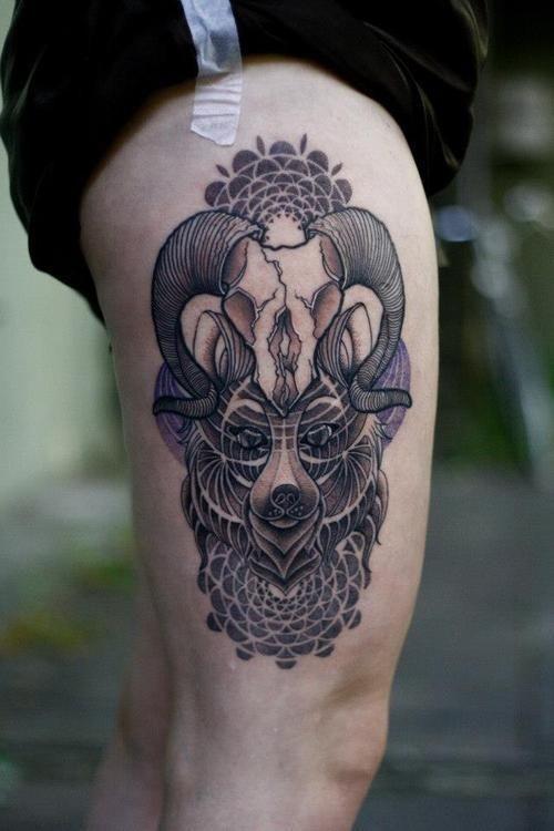 unglaubliches mehrfarbiges wolfesgesicht tattoo am oberschenkel mit tiersch del und tribal. Black Bedroom Furniture Sets. Home Design Ideas