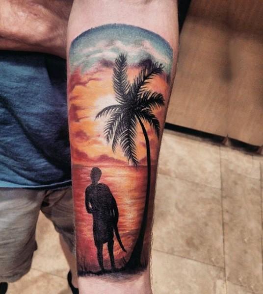 kleine bunte ozeank ste mit surfer und palme tattoo am arm. Black Bedroom Furniture Sets. Home Design Ideas