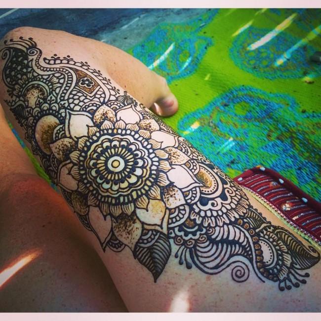 massives mehndi florales im henna stil muster tattoo am bein mit beeindruckenden details. Black Bedroom Furniture Sets. Home Design Ideas