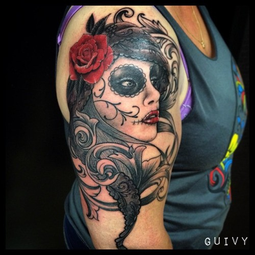 Mexikanischer Stil farbiges Schulter Tattoo von Porträt der Frau mit roter Rose - Tattooimages.biz