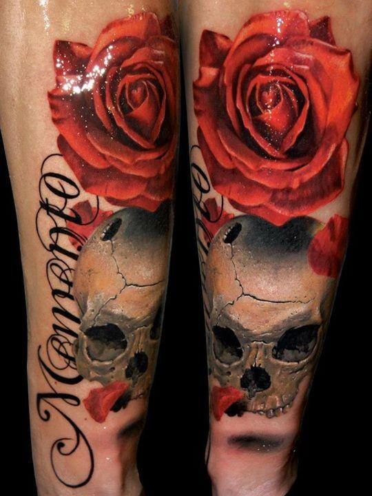 nat rliche farbige gro e rote rose tattoo am unterarm mit besch digtem sch del und schriftzug. Black Bedroom Furniture Sets. Home Design Ideas