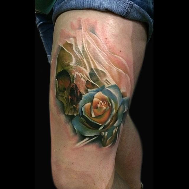 nett aussehende 3d farbige rose blume tattoo am oberschenkel mit dem menschlichen sch del. Black Bedroom Furniture Sets. Home Design Ideas