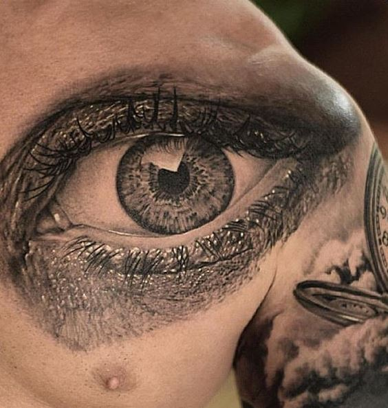 realistisches detailliertes schwarzgraues auge tattoo an der brust. Black Bedroom Furniture Sets. Home Design Ideas
