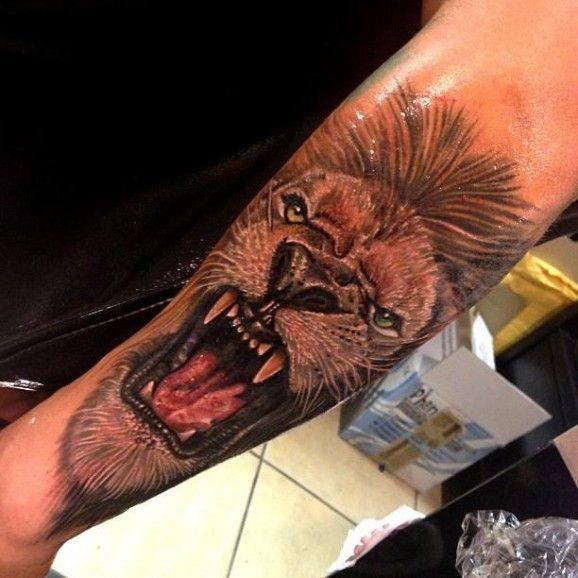 Тату льва на руке до локтя