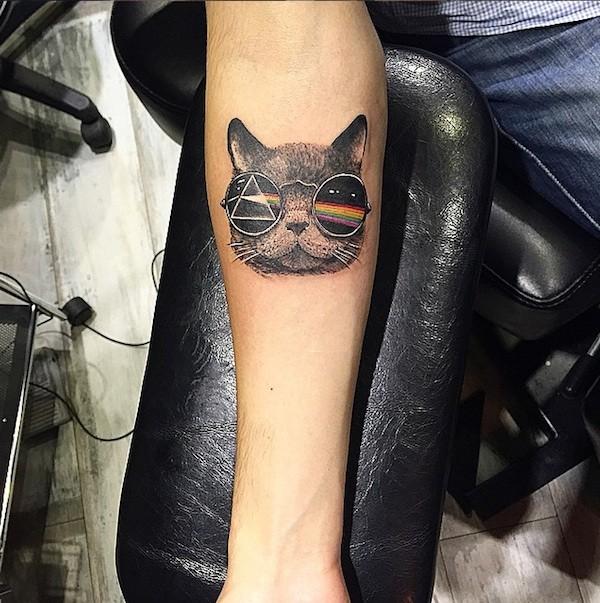 klein farbiger unterarm tattoo der komischen katze mit sonnenbrille. Black Bedroom Furniture Sets. Home Design Ideas