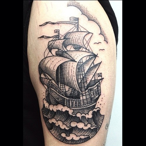 atemberaubendes schwarzes und wei es oldschool schulter tattoo mit segelschiff. Black Bedroom Furniture Sets. Home Design Ideas