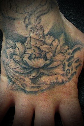 nichtfarbiges tattoo von brennender in einer blume kerze an der hand. Black Bedroom Furniture Sets. Home Design Ideas