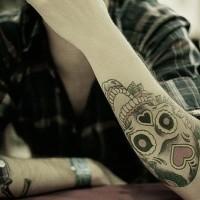tattoo von totenkopf mit rosen am unterarm. Black Bedroom Furniture Sets. Home Design Ideas