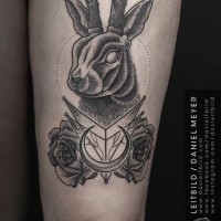 sehr realistisch gemalte massive blaue rose tattoo am oberschenkel. Black Bedroom Furniture Sets. Home Design Ideas
