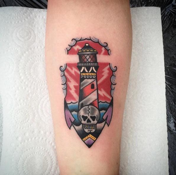 Kleines nautisches farbiges leuchtturm tattoo am unterarm mit anker mit totenkopf - Tattoo leuchtturm ...