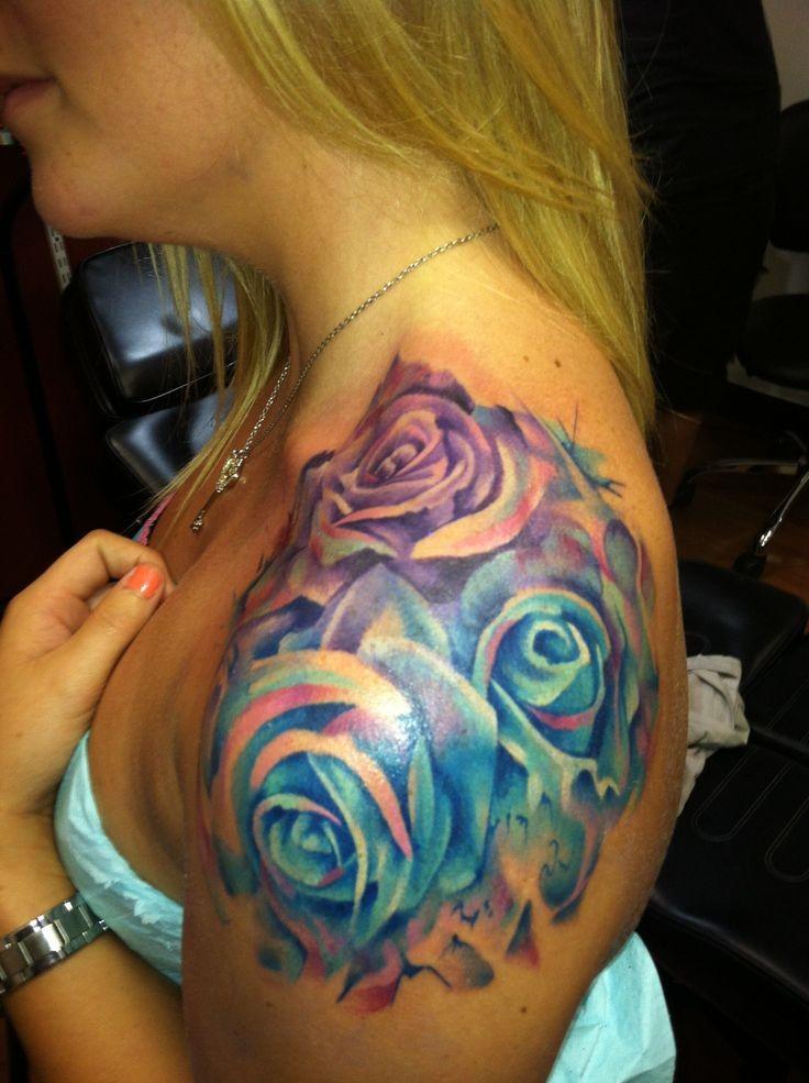 aquarell rosen tattoo an der schulter f r frauen. Black Bedroom Furniture Sets. Home Design Ideas