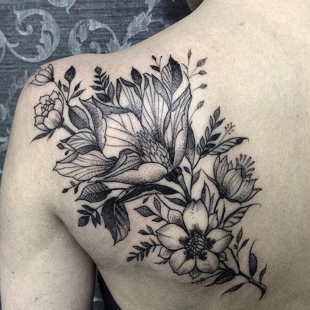 wundersch ne blumen tattoo auf weiblichen schulterblatt im gravur stil. Black Bedroom Furniture Sets. Home Design Ideas